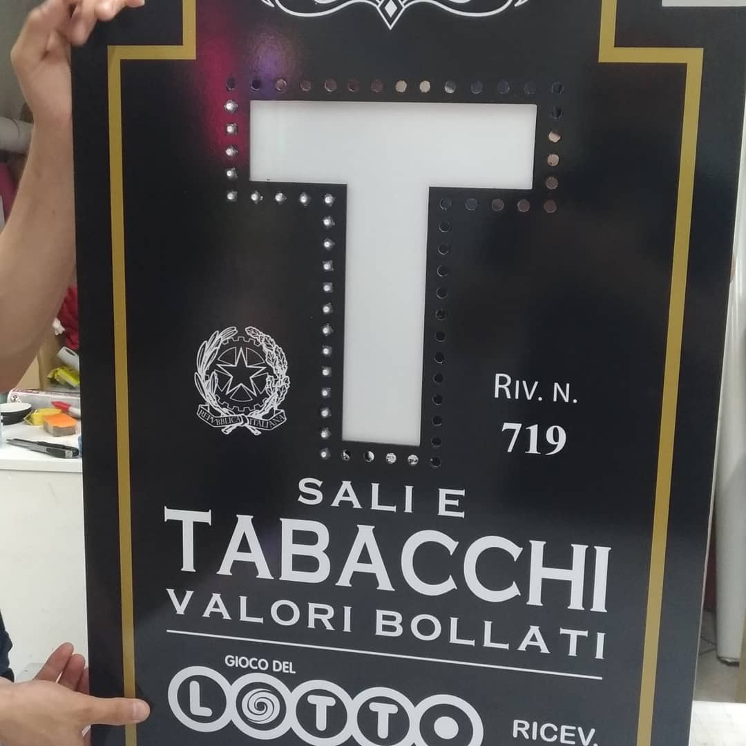 Inizio nuovo progetto, insegna Tabacchi vintage  #insegnavintage #tabacchi #monoled #giocoluci #ledlampeggianti #insegnatabacchi #insegnatabaccheria #roma #design #resistente